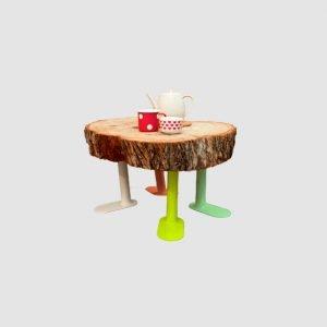 4 kleine bunte Platfuesse mit Baumstammscheibe, auf der sich Kaffeetassen befinden